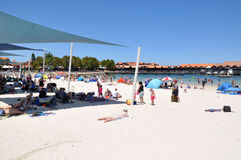 Rotura de la playa en el puerto del barco de Hillarys Fotografía de archivo libre de regalías