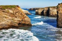 Rotura de las ondas sobre rocas Fotos de archivo libres de regalías