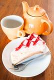 Rotura de té con la torta de chocolate blanca imagen de archivo