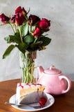 Rotura de té con la torta de la vainilla foto de archivo