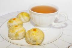 Rotura de té con los pasteles chinos, postre chino del festival. Fotos de archivo libres de regalías