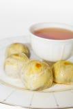 Rotura de té con los pasteles chinos, postre chino del festival. Fotografía de archivo libre de regalías