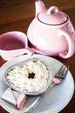 Rotura de té con terciopelo rojo foto de archivo libre de regalías
