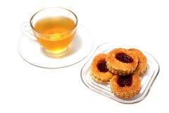 Rotura de té de tarde, taza de té y pasteles strawerry Imagen de archivo libre de regalías