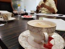 Rotura de té durante la reunión de la oficina imagen de archivo