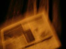 Rotura violenta del periódico Foto de archivo