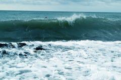Roturas azules de la ola oceánica a lo largo de la orilla fotografía de archivo libre de regalías