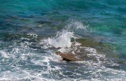 Roturas de la onda del mar sobre un filón. Fotos de archivo