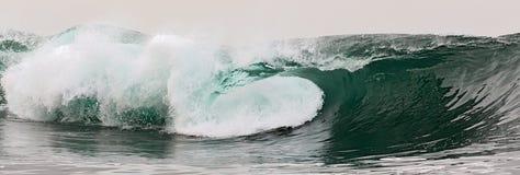 Roturas de la onda en un banco bajo Imagenes de archivo