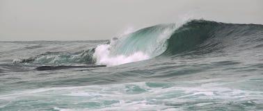 Roturas de la onda en un banco bajo Fotografía de archivo