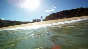 Roturas de las ondas del océano que practican surf sobre la cámara en Hawaii almacen de metraje de vídeo