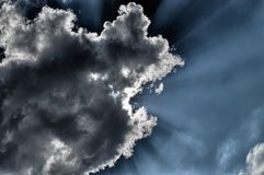 Roturas de Sun a través de la nube Fotos de archivo