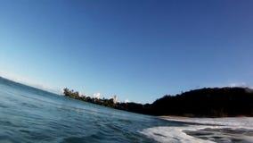 Roturas de una onda del océano que practican surf sobre la cámara en Hawaii metrajes