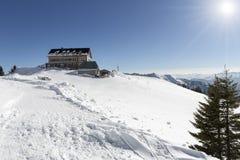 Rotwandhaus风雨棚在有蓝天和太阳的巴法力亚阿尔卑斯 免版税库存图片