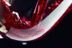 Rotwein auf einem schwarzen Hintergrund Stockfotografie