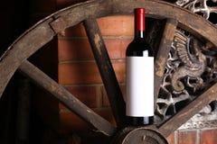 Rotwein auf hölzernem Rad stockfotografie
