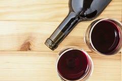 Rotwein auf Kiefernholz-Tabellenhintergrund Stockfoto