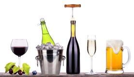 Rotwein, Champagner, Bier mit Sommer trägt Früchte Stockfotos