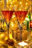 Rotwein in den Gläsern ongolden Hintergrund. Lizenzfreies Stockbild