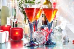 Rotwein in den Gläsern und in den Kerzeleuchten Stockbild