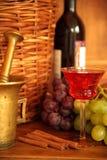 Rotwein in den Gläsern und in den Trauben Lizenzfreies Stockfoto