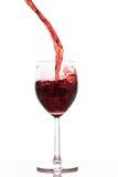 Rotwein, der in ein Glas gießt Stockbilder