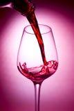 Rotwein, der gegossen wird stockbilder