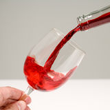 Rotwein, der in Glas gegossen wird Lizenzfreie Stockfotografie