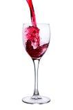 Rotwein, der in Glas gießt Lizenzfreie Stockfotografie