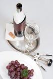 Rotwein in der grünen Flasche mit unbelegtem Kennsatz Stockfotos