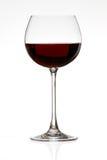Rotwein, der im Gras spritzt Stockbild