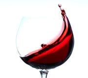 Rotwein, der im Gras spritzt Stockfotos