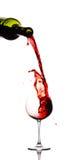 Rotwein, der unten aus einem w gießt Stockfotografie