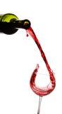 Rotwein, der unten aus einer Flasche gießt Stockbilder
