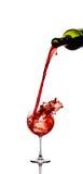 Rotwein, der unten aus einer Flasche gießt Stockfoto