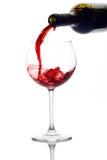 Rotwein, der unten aus einer Weinflasche gießt Lizenzfreies Stockfoto