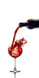 Rotwein, der unten aus einer Weinflasche gießt Stockfotografie