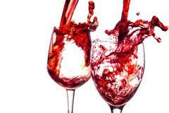 Rotwein, der unten gießt lizenzfreie stockfotografie