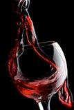 Rotwein, der unten gießt Stockbilder