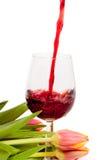 Rotwein, der in Weinglas gießt Stockfotografie