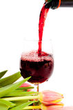 Rotwein, der in Weinglas gießt Stockfoto
