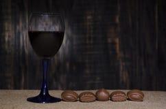 Rotwein in einem Glas lizenzfreies stockbild