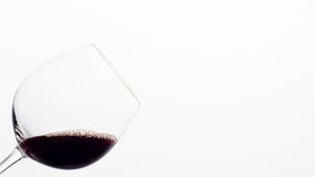 Rotwein in einem Glas gekippt zu einer Seite Lizenzfreies Stockbild