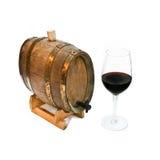 Rotwein in einem Glas und in einem Faß stockfotografie