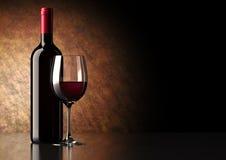 Rotwein-Flasche mit Glas Lizenzfreies Stockfoto