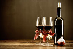 Rotwein, Flasche und Weihnachtsflitter Lizenzfreies Stockfoto
