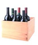 Rotwein-Flaschen im hölzernen Rahmen lizenzfreie stockfotografie