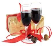 Rotwein, Geschenk und Schokolade lizenzfreie stockfotos