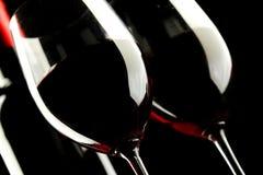 Rotwein-Glas auf schwarzem Hintergrund lizenzfreies stockfoto