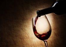 Rotwein-Glas und Flasche Stockfotografie